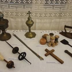 Δελτίο τύπου εκδήλωσης «Παραδοσιακές φορεσιές και αντικείμενα του Γυναικείου Βίου από την περιοχή της Δυτ. Αττικής και Σαλαμίνας»
